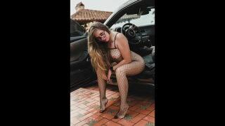 Sara Blonde usa el carro de su sugar daddy para follar con el vecino